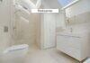 Badeværelse med bad og toilet